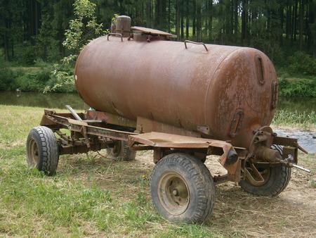 dep�sito agua: Dep�sito de agua para el riego de agua de un estanque