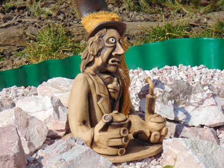 garden gnome: Home pond and garden gnome statue .