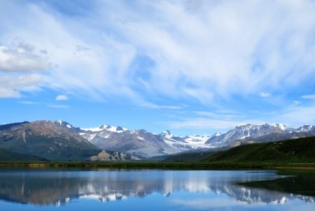 アラスカの山湖の青い空