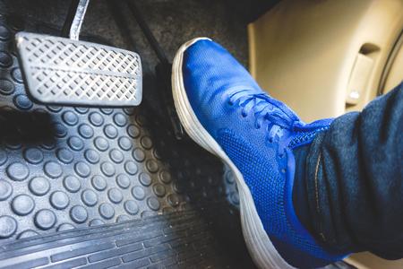 파란색 신발에 가스 페달 브레이크 페달.