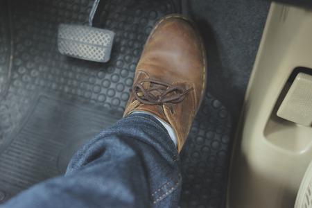 Sluit omhoog pedaal van de leerschoen ob in auto
