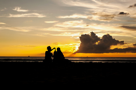 persone relax: Emotion of relax, Silhouette people relax on the beach Archivio Fotografico