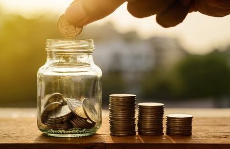 Poupar dinheiro para preparar o conceito, mão com linhas de moedas e conta para finanças e banca, mão com dinheiro moeda pilha crescente negócio