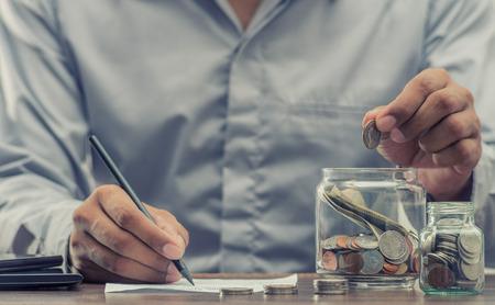 Ahorre dinero para la jubilación y la banca por cuenta para el concepto de finanzas Foto de archivo - 92625160