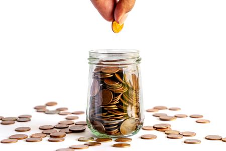 Bespaar geld en rekeningbankieren voor financieel bedrijfsconcept, muntgeld in fles op witte achtergrond, besparingen voor pensioen en investeringsconcept