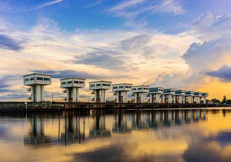 Wassersperre mit Farbe des Wolkenhimmels Sonnenuntergang oder Sonnenaufgang und Fluss-Langzeitbelichtungsstil in der Dämmerung