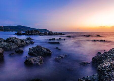 Natura del paesaggio marino con cielo e nuvole con luce solare al crepuscolo Archivio Fotografico