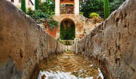 arabe: canal de agua en la Alhambra, Granada, Andalucía Foto de archivo