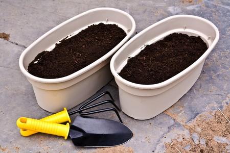 jardineras: dos plantadores listo para plantar flores y herramientas de jard�n