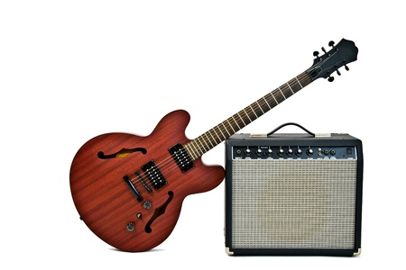 superdirecta: guitarra el�ctrica apoyado en un peque�o amplificador Foto de archivo