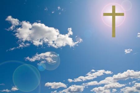 jesus on cross: una cruz cristiana en un cielo nublado con destello de sol detrás de él