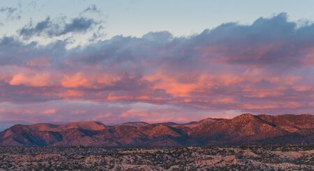 Beautiful sunset and clouds over mountains and a neighborhood in Tesuque, near Santa Fe, New Mexico 版權商用圖片