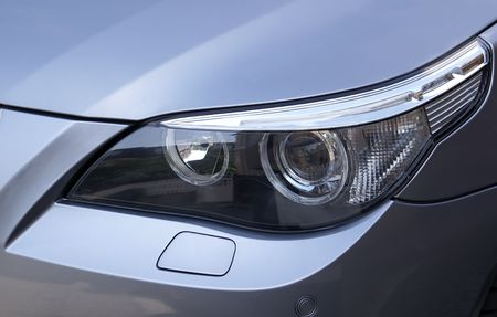 Headlight on a silver metallic car Standard-Bild