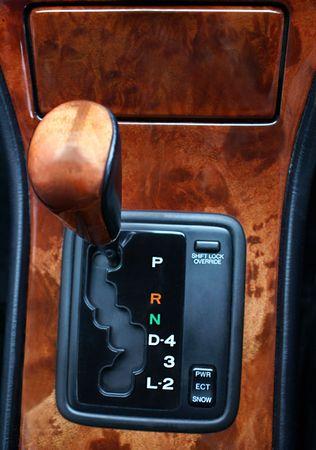 Schakelindicatoren en surround in een luxe auto
