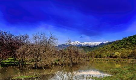 montañas nevadas: Montañas nevadas con lago en primer plano