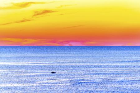 Grote zee panorama met speedboot zonsondergang