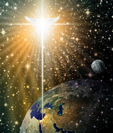 Illustrazione digitale della stella di Natale e angelo splendente giù su Betlemme, come visto dallo spazio esterno. Lo spazio e le stelle sono illustrati in modo digitale.