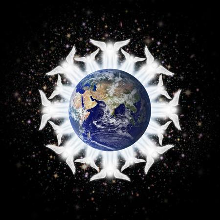 guardian angel: Ilustraci�n digital de los �ngeles que rodean la tierra: Hemisferio Oriental. Imagen de tierra: Coutesy: NASA Foto de archivo