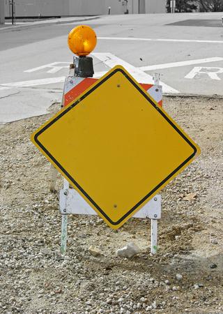 空白の黄色い標識建設馬にボルトで固定。