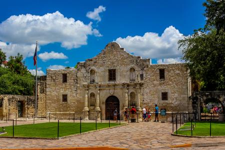 テキサス州サンアントニオとその周辺地域にある歴史的なアラモの外観。明るい青空と白いふわふわの雲を持つ観光客と