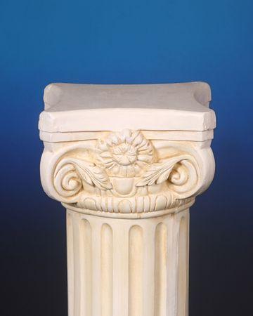 Griechische Spalte auf blauem Hintergrund