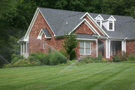 Rasen sprinklers Cris-Cross einander auf dieser schönen Rasen  Standard-Bild - 5513302