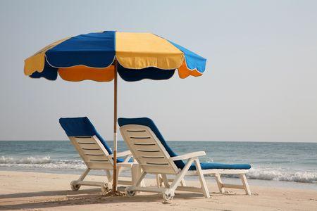 빈 해변 의자가 당신을 기다리고 있습니다. 스톡 콘텐츠