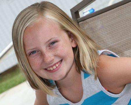 Outdoor headshot van een 9 jaar oud meisje Stockfoto