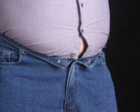 belly button: Hombre con sobrepeso con ropa apretada