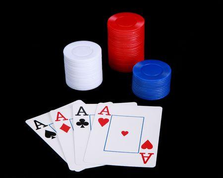 jetons poker: Quatre as et des jetons de poker  Banque d'images