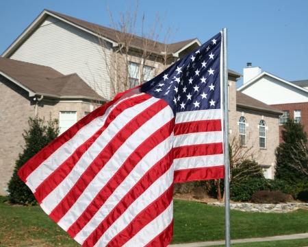교외 집 앞의 미국 국기 스톡 콘텐츠