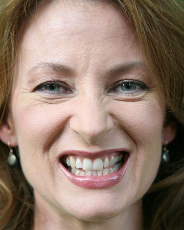 Gros plan d'une femme serrant les dents Banque d'images