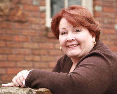 Porträt von einer älteren Frau im Sonnenlicht Standard-Bild