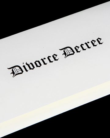 divorce court: Divorce decree document Stock Photo