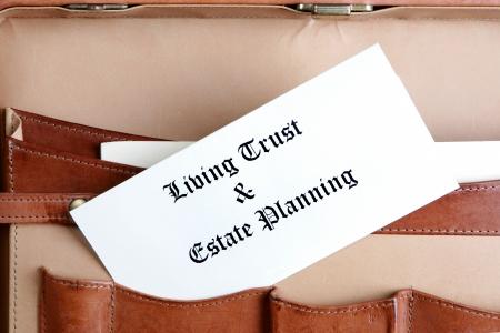 planificaci�n familiar: Finca de documentos en un malet�n de cuero de planeaci�n
