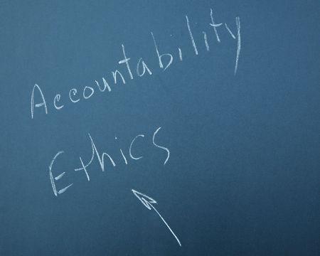honestidad: ACCOUNTABILITY & �tica escrito sobre una pizarra  Foto de archivo
