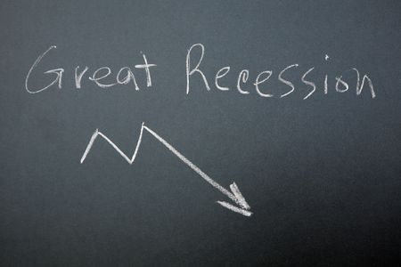 Great Recession written on blackboard with arrow pointing down 免版税图像
