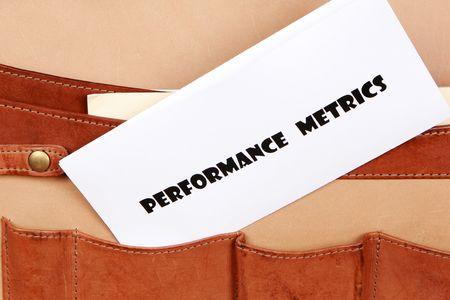 PERFORMANCE METRICS Dokument in einen Aktenkoffer Standard-Bild