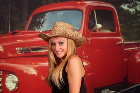 camioneta pick up: Chica de pa�s en frente de una vieja camioneta, sin marcas en cami�n