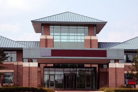 fachada: entrada de un moderno edificio de oficinas de baja altura