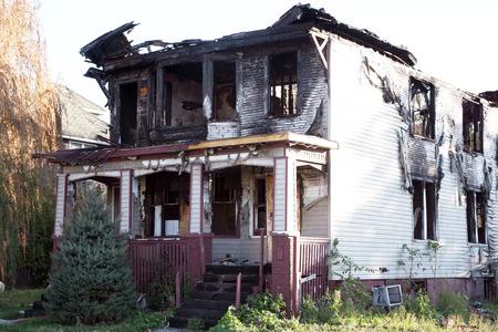火は、この家族の家を破壊しました。 写真素材 - 35041876