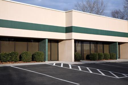 Einzelstöckiges Bürogebäude mit Parkmöglichkeiten vor Standard-Bild - 36029430