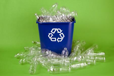 botella de plastico: Botella de agua de reciclaje