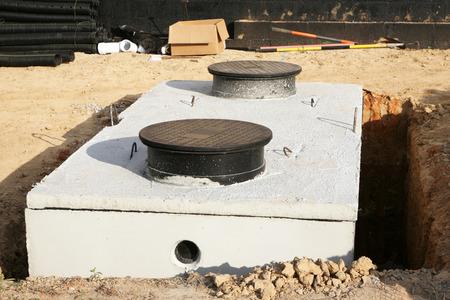 Siendo instalados o tanque de almacenamiento de agua séptica Foto de archivo - 36936004