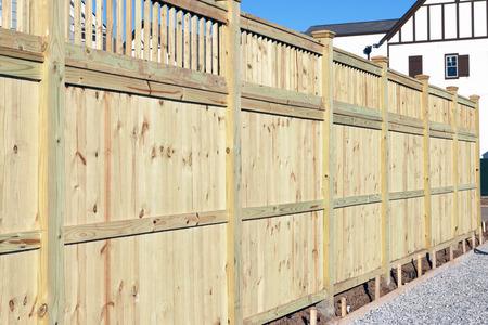 Holzzaun in einem Gehäuse Unterteilung. Standard-Bild - 47939210