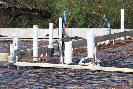 전기 및 배관을 거친 홈 재단 및 패드가 부어 질 철근. 또한 라돈 가스가 완성 된 집에 들어갈 가능성을 줄이기위한 토대를 마련하기 위해 배기가 이루 스톡 콘텐츠
