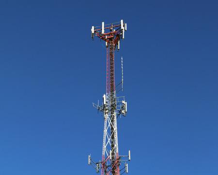 Kommunikation oder Handy-Turm gegen einen blauen Himmel Standard-Bild - 92642867