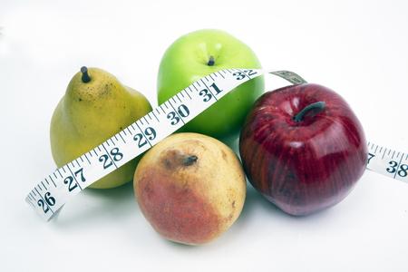 Maßband eingewickelt um frische Früchte und lokalisiert auf einem weißen Hintergrund Standard-Bild - 92612219