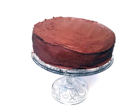 Selbst gemachter Schokoladenkuchen lokalisiert auf einem weißen Hintergrund Standard-Bild - 92612223