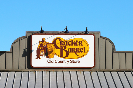 NASHVILLE, TENNESSEE-DECEMBER 30, 2017:  Sign for Cracker Barrel Old Country Store, a chain of over 600 southern themed restaurants and gift shops. Standard-Bild - 101833129